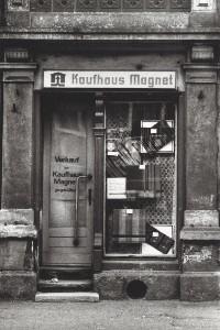 Kaufhaus Magnet, Dresden Freital, Sommer 1990.  Triptychon von Stefan Moses aus dem Band Le Moment fugitif, Nimbus Verlag S. 37, 38)
